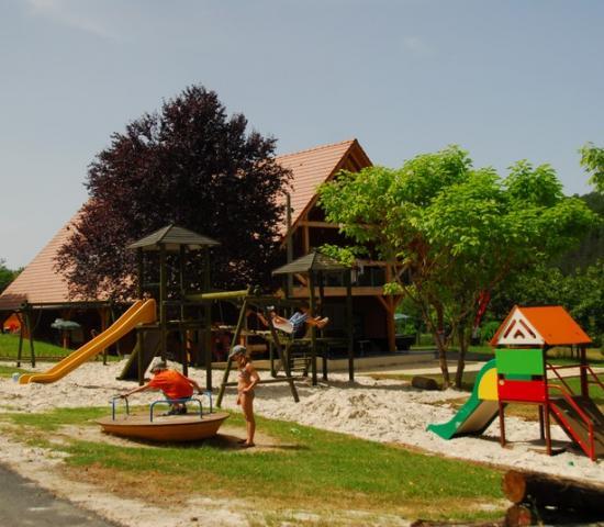 Camping le Verdoyant_aire de jeux
