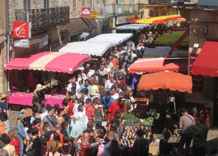 Le marché au Bugue en Dordogne-Périgord, proche des Eyzies et de Lascaux