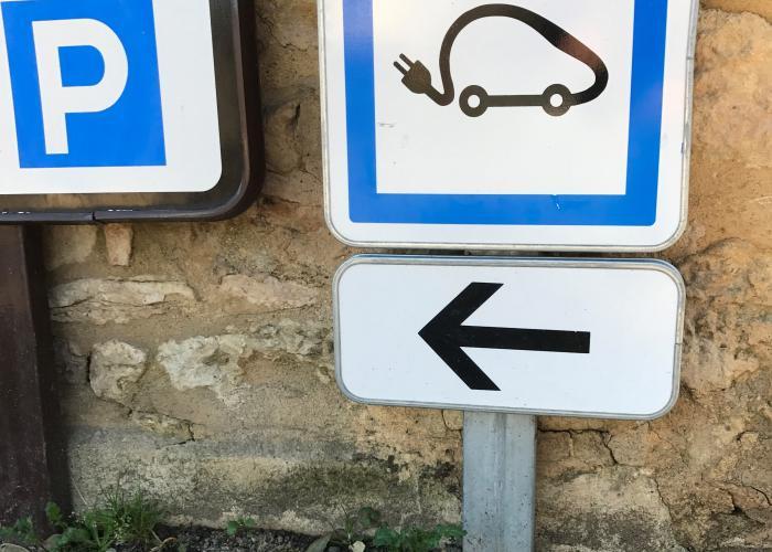 panneau indiquant une borne de recharge électrique pour voiture