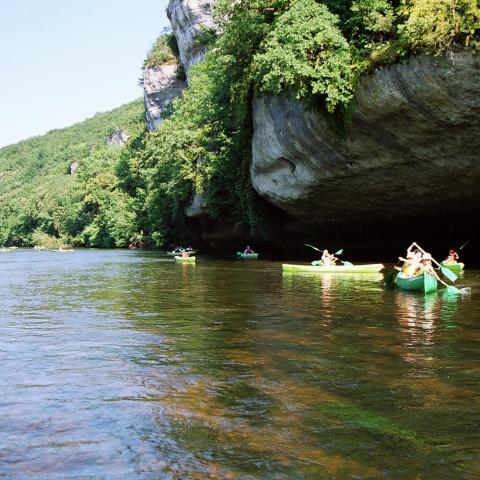 les eyzies - canoes vallée Vézère ©Francis Beusse